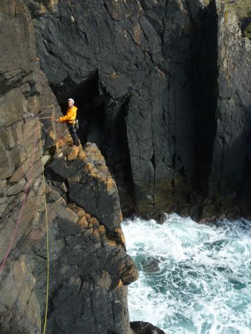 Sul lungo traverso del primo tiro di Right Angle a Gurnards Head North Coast